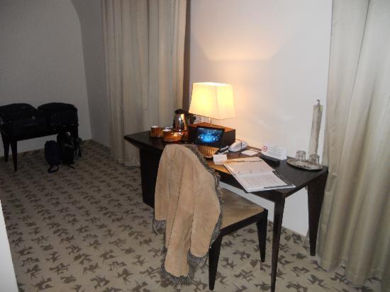 โรงแรมบูดาคาสเทิลแฟชั่น: Desk and mini-bar