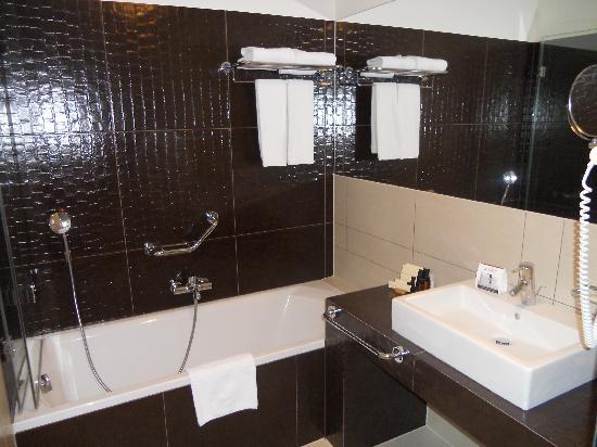โรงแรมบูดาคาสเทิลแฟชั่น: Bath tub