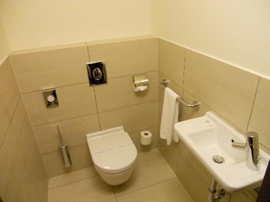 โรงแรมบูดาคาสเทิลแฟชั่น: Toilet room