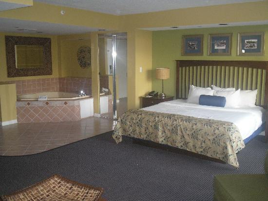 Wyndham Santa Barbara: Main Bedroom With Jacuzzi Bath