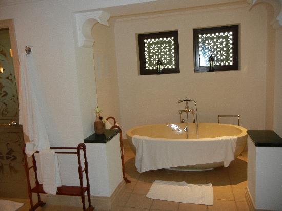 Jumeirah Al Qasr at Madinat Jumeirah: The lovely bath - mmm!