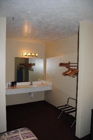 Days Inn Cedar City: Sink Area