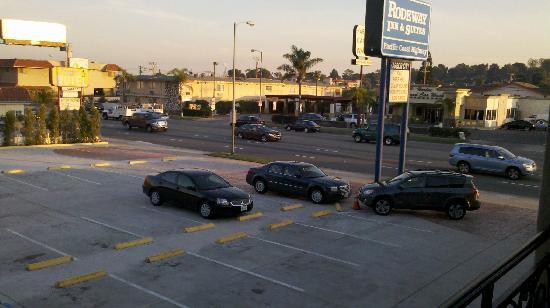 Rodeway Inn & Suites Pacific Coast Highway: Vista do quarto para o estacionamento