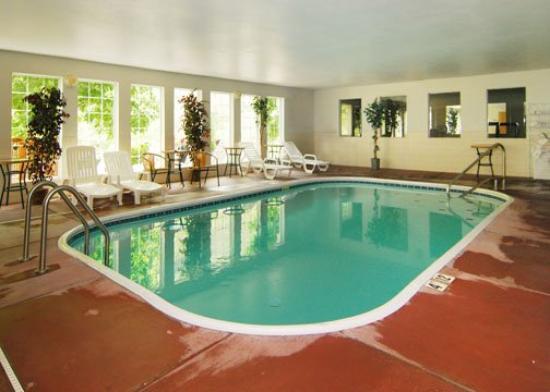 Quality Inn & Suites: Pool