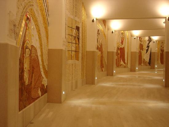 Chiesa di San Pio: Mosaike im Abgang der Kirche von Renzo Piano zur Krypta (Chiesa inferiore)