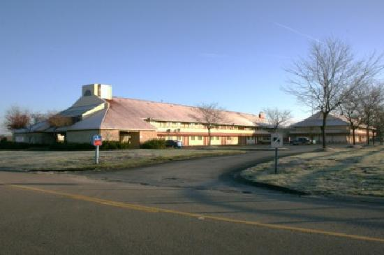 Econo Lodge - Exterior (front of hotel)