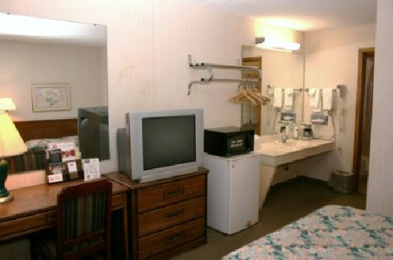 Econo Lodge: TV, microwave, fridge area