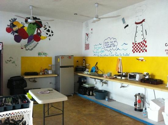 Hostel Vive la Vida: clean n well equipted kitchen