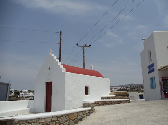 Vouniotis Rooms: Vrissi Market on the right; hotel is behind the photographer