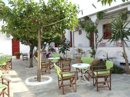 Vouniotis Pension: courtyard