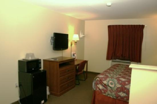 Super 8 Mifflinville Near Bloomsburg : TV, microwave, fridge area