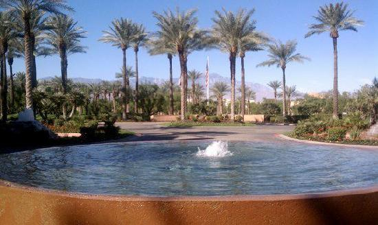 Renaissance Indian Wells Resort & Spa: View out from the Lobby