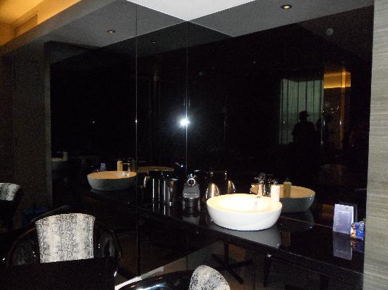 Hard Rock Hotel Singapore: restroom