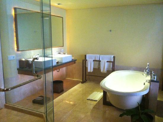 Komaneka at Rasa Sayang: Gorgeous bathroom