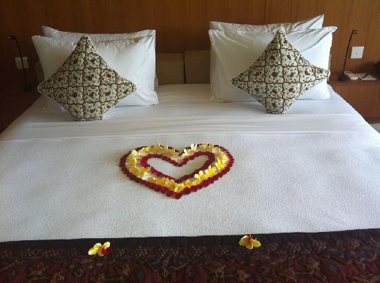 Komaneka at Rasa Sayang: Beautiful petals on the bed
