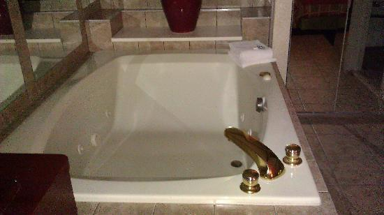 Days Inn and Suites Roseville : jacuzzi tub