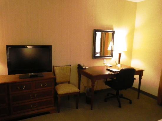 Holiday Inn & Suites Front Royal Blue Ridge Shadows: Desk/TV