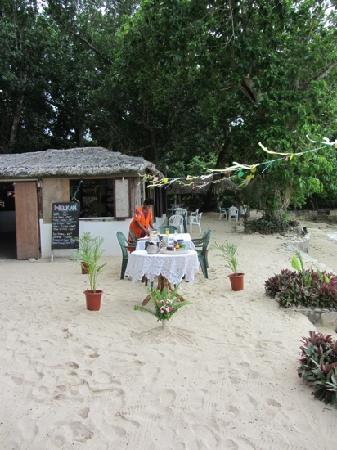 Tara Beach Bungalows: breakfast on the sand