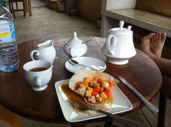 Serendipity Arts Cafe : tea and banana hopper with fresh local fruit