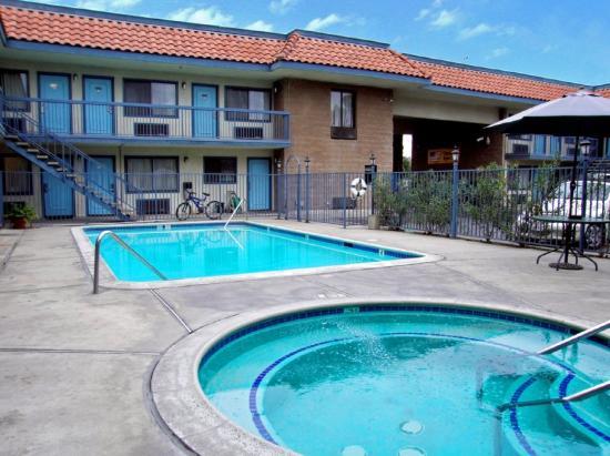 Rodeway Inn Riverside: Outdoor Pool