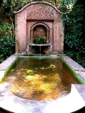 Porta Hotel Antigua: Fountain off main lobby.