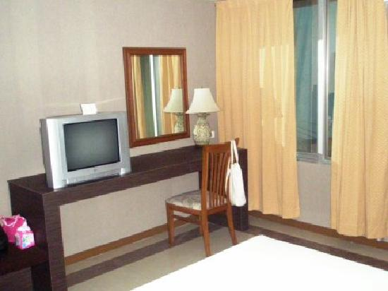Bangkok City Suite: TV and desk