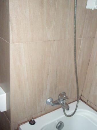 Bangkok City Suite: A little worn around the bath