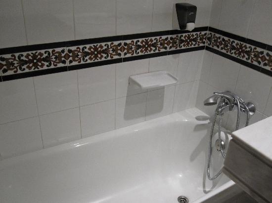 Navas Hotel: バスルームは綺麗です