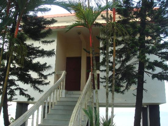 Bolgatty Palace & Island Resort: Front view of the Sea view Cottages
