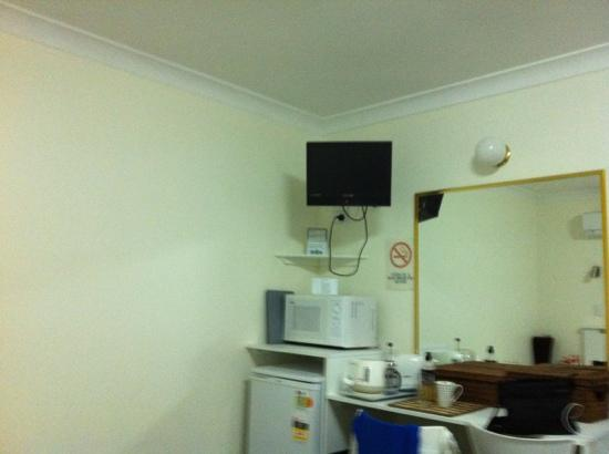 Karuah Motor Inn: tv, fridge