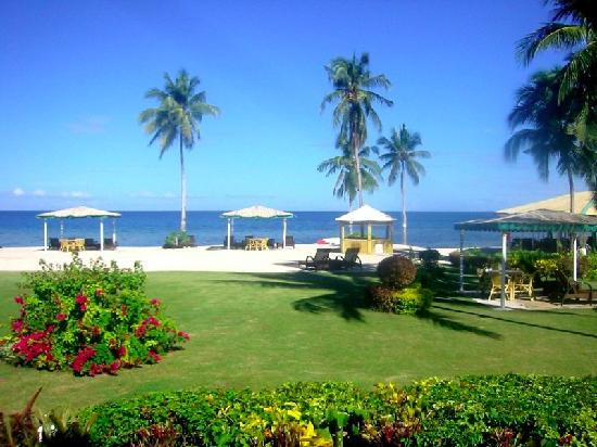 San Remigio, Philippines : hotel garden and beach view