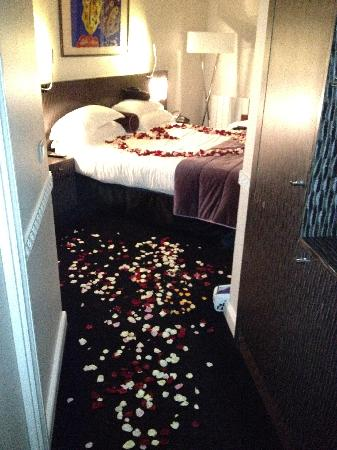 Hotel Waldorf Madeleine: Room with roses scattered, after the proposal