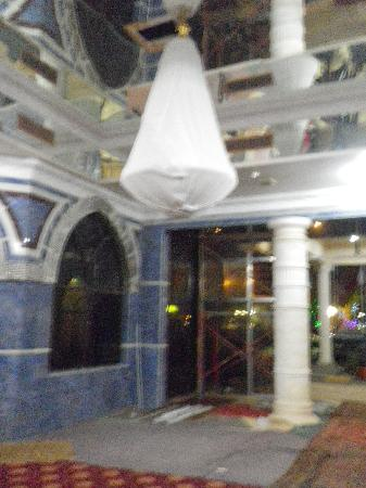 Gulf Gate Hotel: Reception area, covered chandeliers