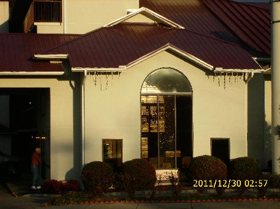 Baymont Inn & Suites Pigeon Forge: front of the office