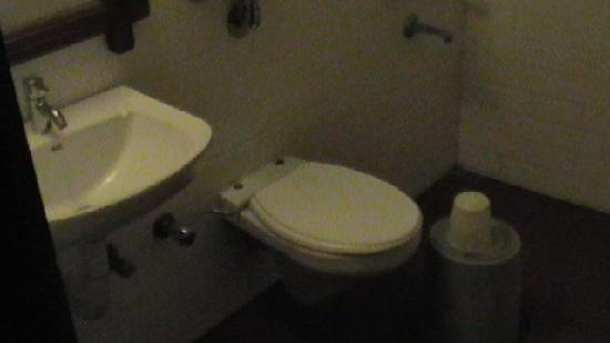 ‪‪Hotel Ambadi‬: Bathroom‬