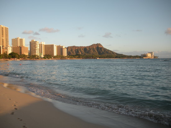 Honolulu, HI: Waikiki beach scene facing Diamondhead