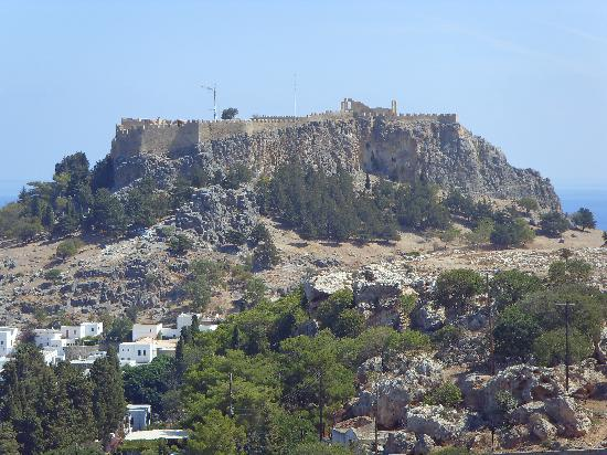 Krana Apartments: View of Lindos Acropolis from pool.
