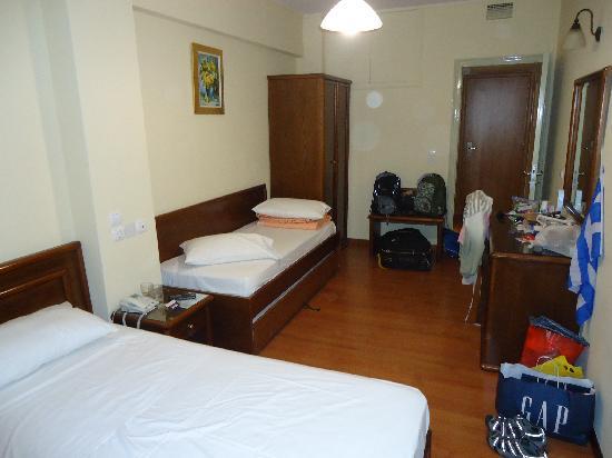 Omiros Hotel: Detalle cama pequeña
