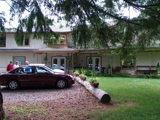 Cedar Wood Lodge Bed & Breakfast Inn & Conference Center: Car parking at front of lodge