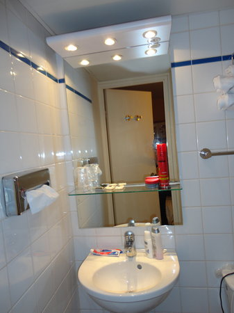 Timhotel Opera Madeleine: Great bathroom with clean towels every day