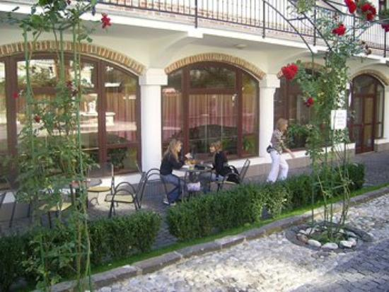 Hotel Reduta: Dining