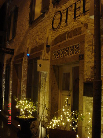 BeyEvi Hotel: entrance at night