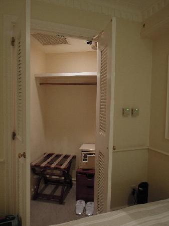 Hotel The Manhattan: クローゼットにサーフティB OXあり