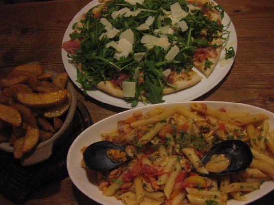 Fat Harry's Pub: pizza, seafood penne and wedges