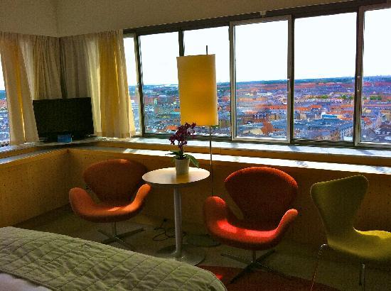 Radisson Blu Royal Hotel Copenhagen : Chambre et vue. Fauteuil Arne Jacobsen