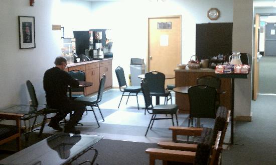 Quality Inn & Suites Pacific - Auburn: Small breakfast area