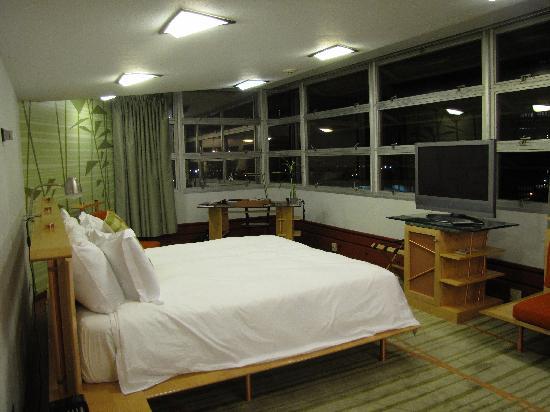 Inn at Price Tower: Room at night