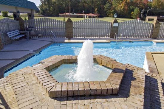 University Inn: Outdoor Pool 2