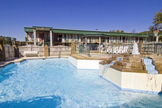 University Inn: Outdoor Pool