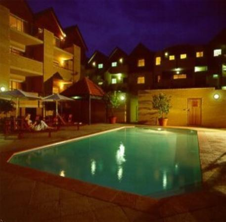 Hillarys Harbour Resort Apartments: Pool at Night
